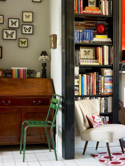 secrétaire bureau vintage, chaise en métal vert, cadres avec imprimé papillons sur le mur, bibliothèque