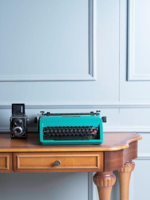 machine à écrire verte posée sur un bureau rétro, moulures sur les murs