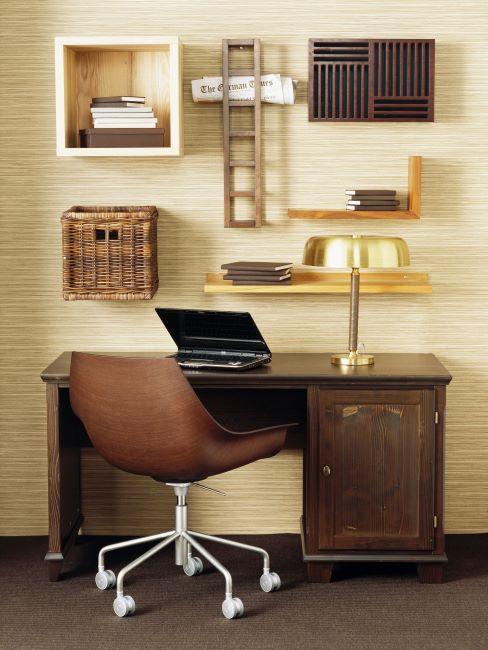 bureau en bois, lampe vintage dorée, chaise pivotante en cuir marron, étagères murales vintage