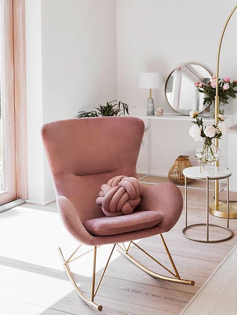 salon glam avec fauteuil rose à bascule
