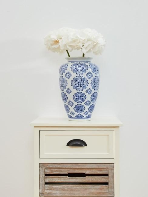 Table d'appoint en bois blanc avec vase en céramique