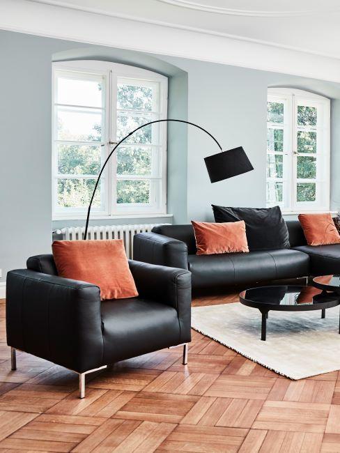 canapé et fauteuil cuir noir, comfort, salon claire et minimaliste