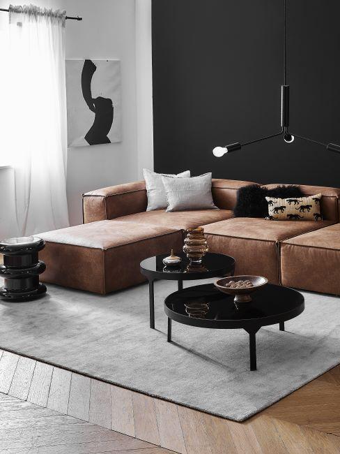 canapé moderne en cuir marron, salon noir, tapis clair