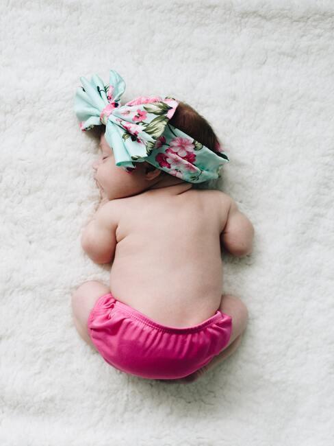 Bébé endromi sur tissus doux