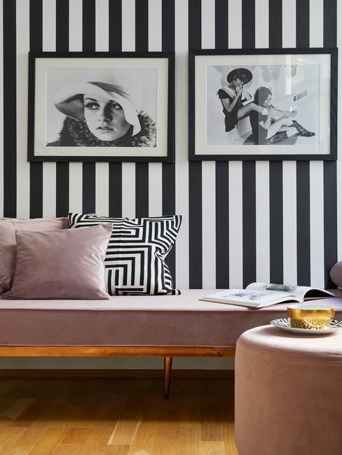 salon avec mur rayé noir et blanc avec photographie en nir et blanc et banquette rose