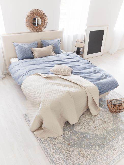 linge de lit bleu, couvre-lit blanc, grand lit, chambre à coucher blanche, décoration murale bohème