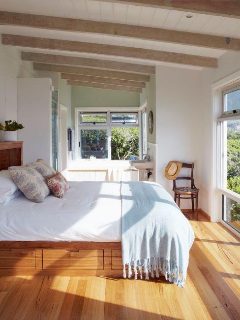 chambre à coucher, lit coffre, sol en bois, fenêtres ouverts, linge de lit