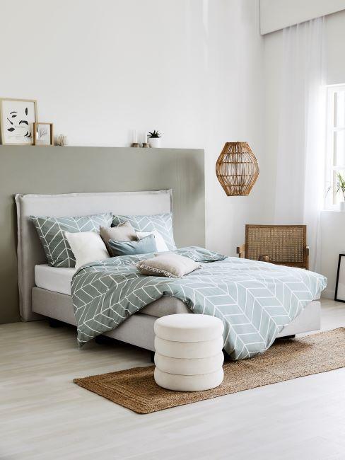 lit avec housse de couette vert d'eau
