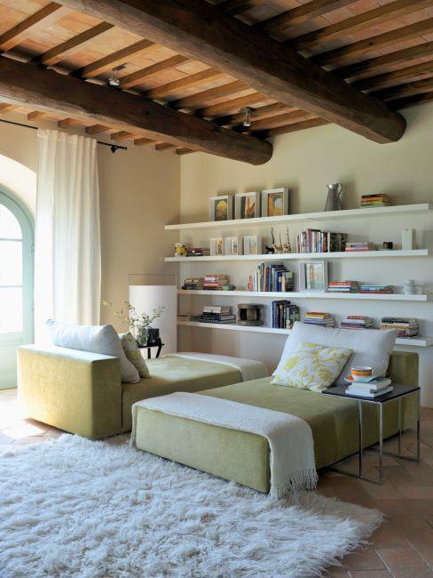 chambre à coucher, poutres au plafond apparentes, tapis shaggy blanc