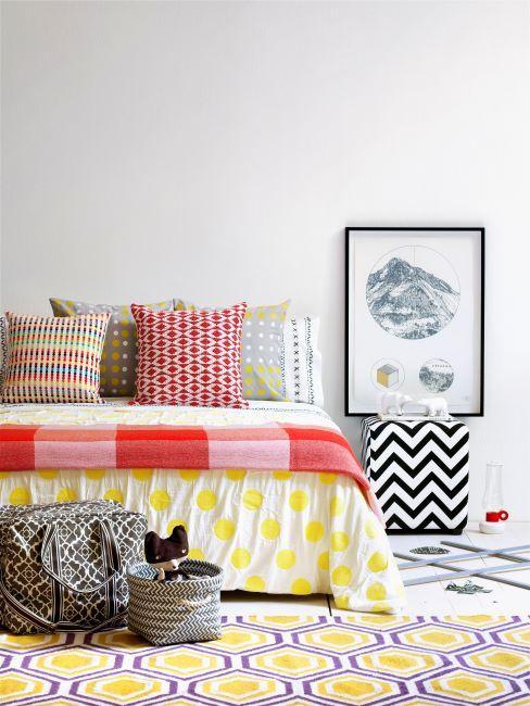 chambre à coucher, tapis, couvre-lit multicolore