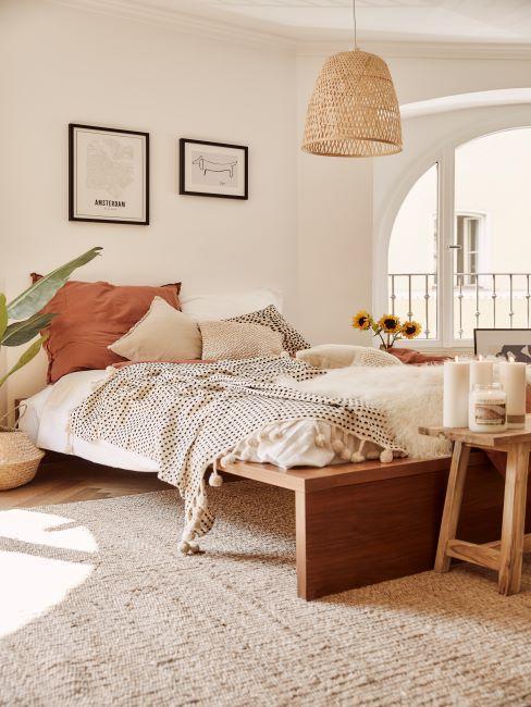 ton terreux, suspension en rotin, bout de lit en bois, matières naturelles