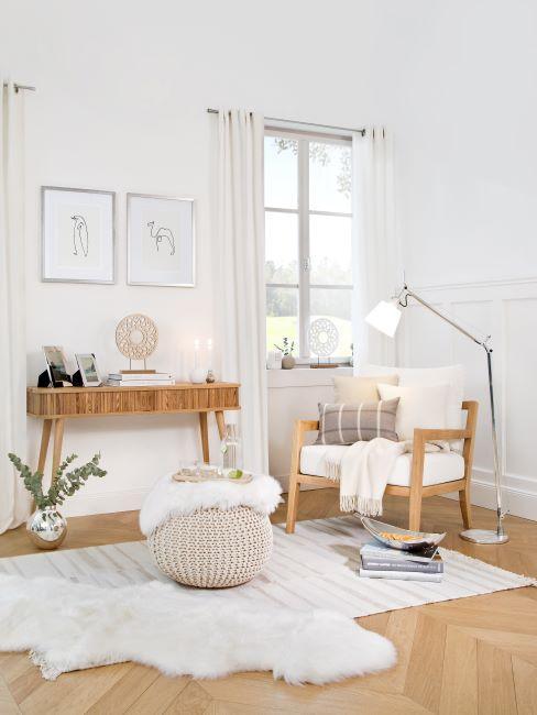 chambre blanche, rideaux blancs, fauteuil bois et blanc, pouf tricoté, console en bois