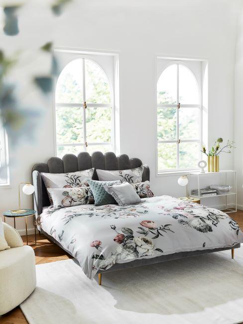 linge de lit floral, lit velours gris