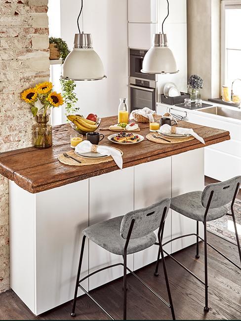 Cuisine avec comptoir en bois, chaises hautes grises