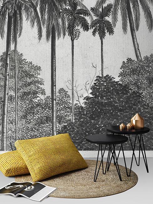 Mur avec papier peint gris avec palmier, tapis en juet et coussin jaune