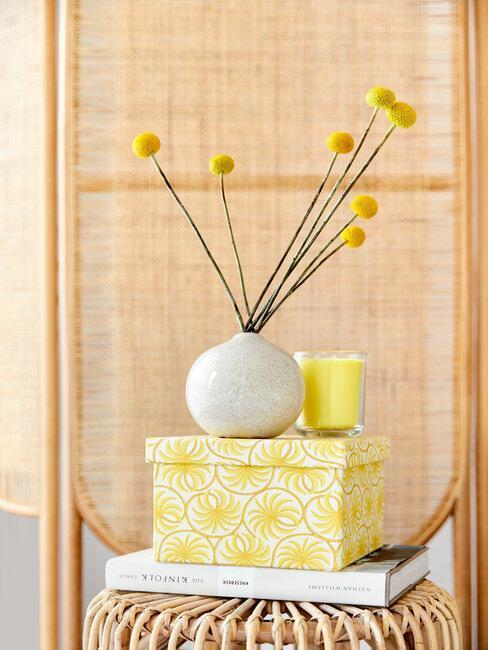 boite jaune avec vase blanc et fleurs jaune