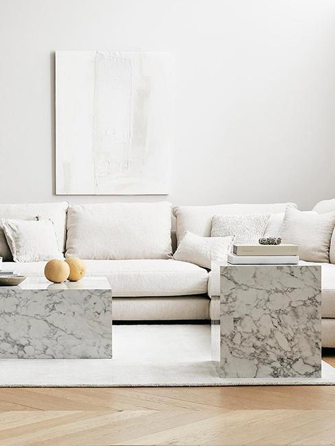 canapé avec tapis blanc et tables d'appoint en marbre