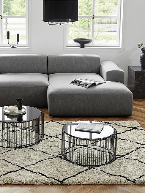 Tables basses rondes en verre et métal, et canapé gris