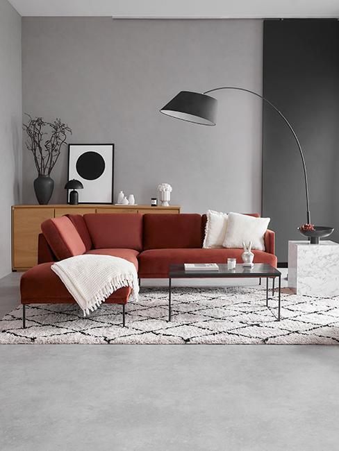 salon avec canapé terracotta et tapis berbère