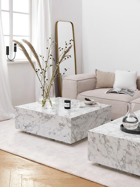 Salon avec tables basses carrées en marbre