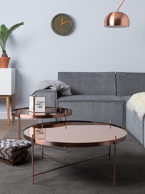 Salon gris avec table basse cuivrée
