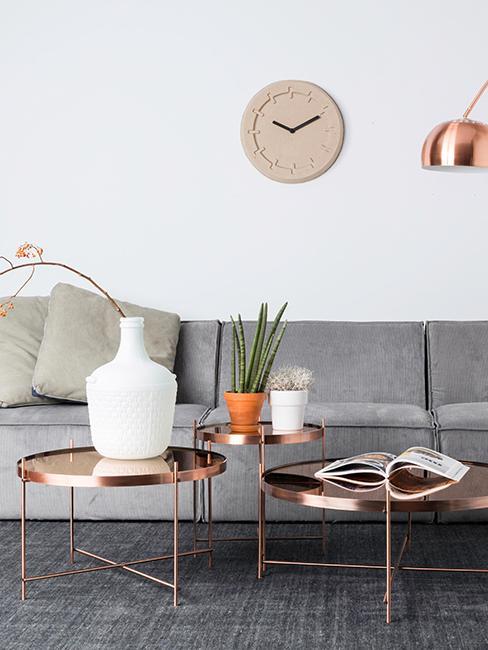 salon gris avec tables basses rondes cuivrées