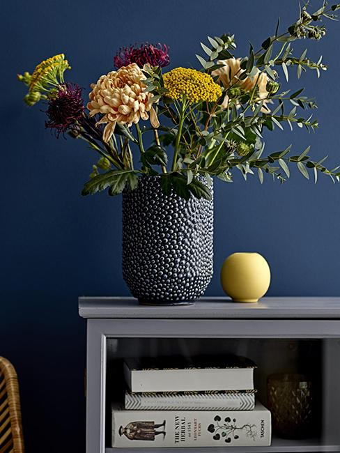 vase bleu foncé avec fleurs