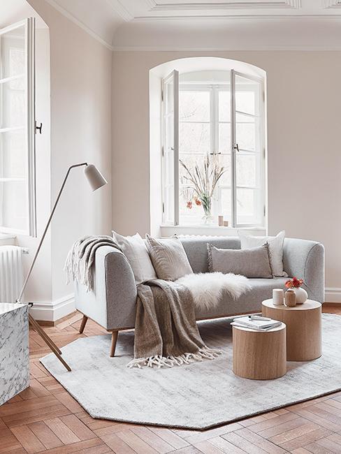 Salon cosy avec canapé gris, tables basses rondes en bois