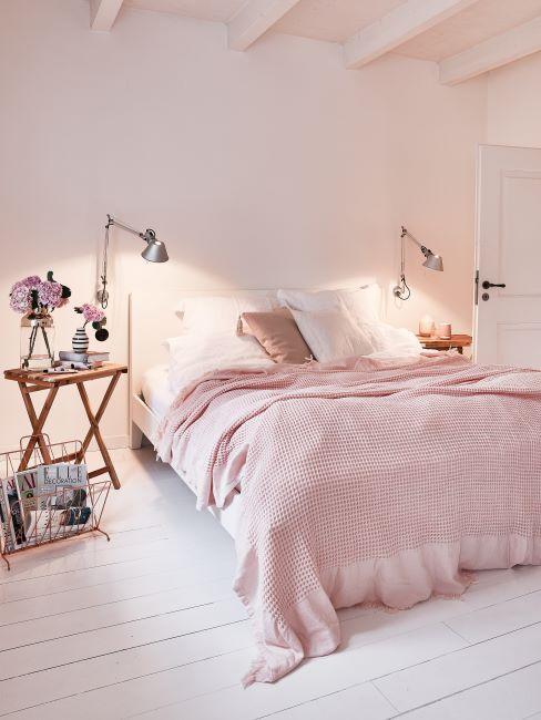 inspiration chambre à coucher girly, rose, liseuses, table de chevet en bois