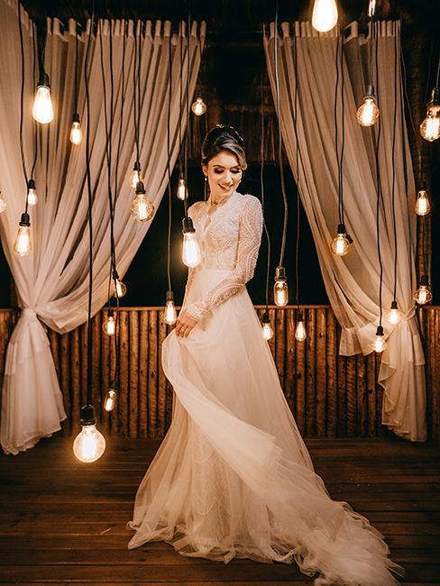 une femme en robe avec des lampes suspendues