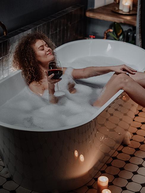 une fille avec un verre de vin dans une biagnoire