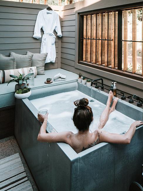 une personne dans une baignoire