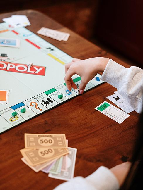 une personne entrain de jouer au monopoly