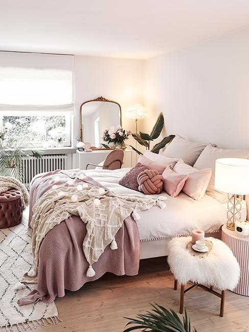 Chambre cosy avec plaid et coussin rose