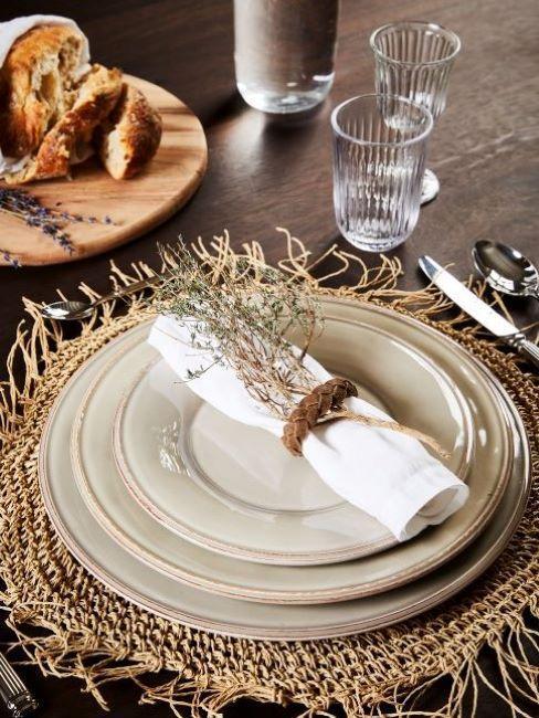 table champêtre, set de table en fibre naturelle, vaisselle crème, serviette et fleurs