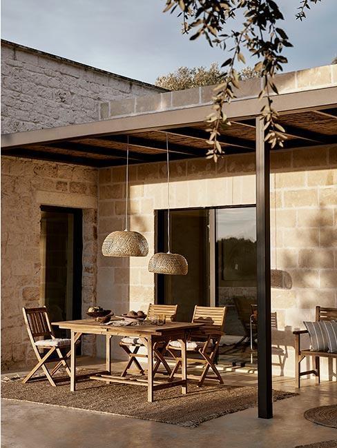 terrasse moderne naturelle avec table en bois et suspension en osier
