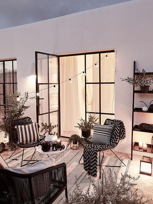 terrasse moderne monochrome avec guirlande