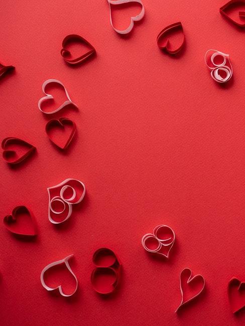 cœurs en papier rouge et rose