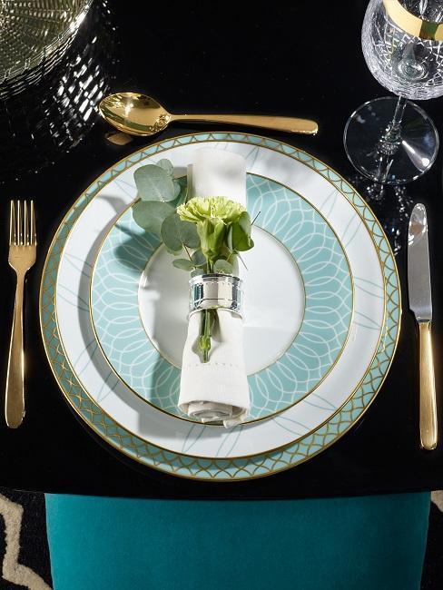 deco de table avec assiette bleue