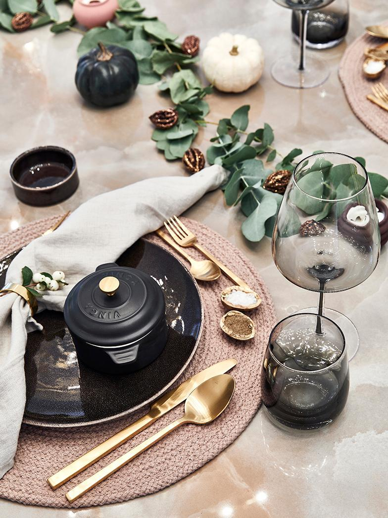 décoration de table chic avec couverts doré et assiettes noires