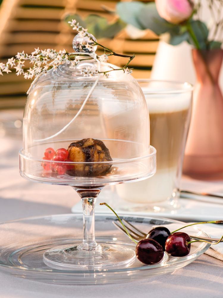 Décoration de table DIY avec une cloche en verre et des gâteaux
