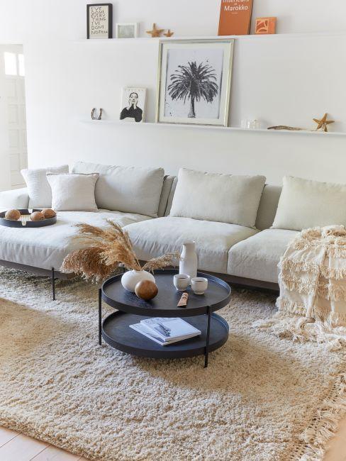 salon moderne beige, tapis moelleux, salon cosy, décoration murale, posters muraux