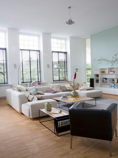 salon moderne blanc et bleu, lampadaire arc, scandinave, cosy