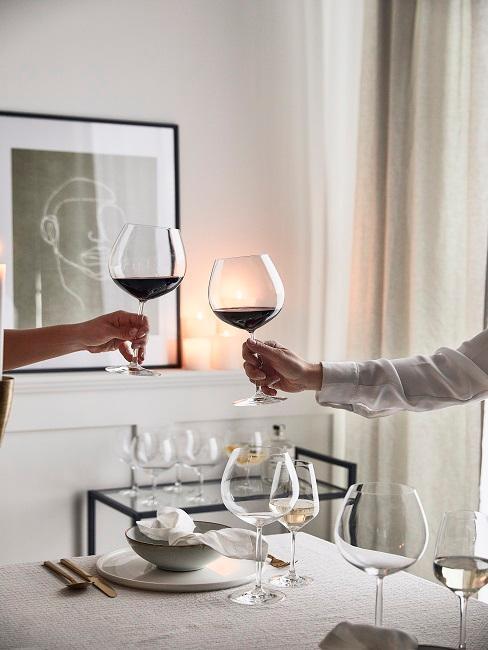 deux personnes entrain de trinquer avec des verres de vin