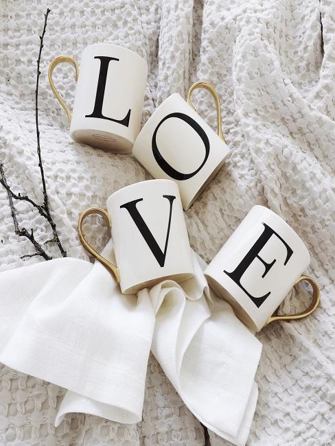 décoration de saint valentin avec des tasses sur un plaid