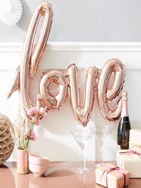 décoration de saint valentin avec un ballon love