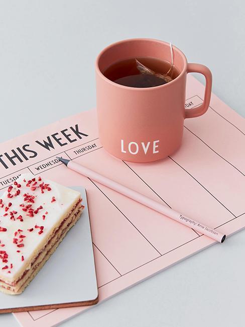 Tasse rose Love avec planning de la semaine