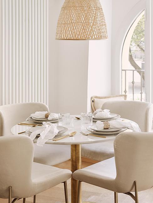 table moderne ronde de salle à manger avec chaises en velours