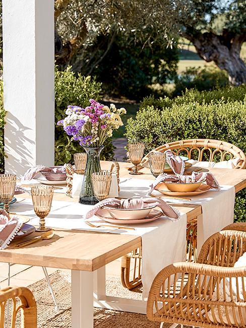 décoration de table été avec chemin de table blanc, assiettes dépareillées et fleurs