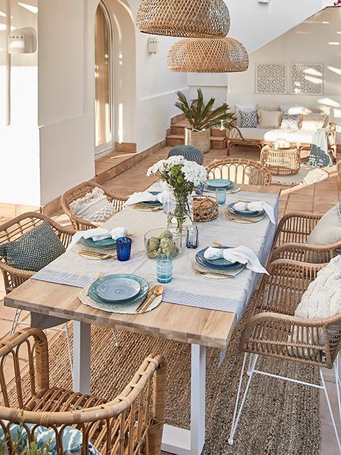 Décoration de table été avec assiettes bleues sur table en bois
